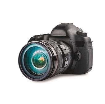 Kamera vor weißem Hintergrund