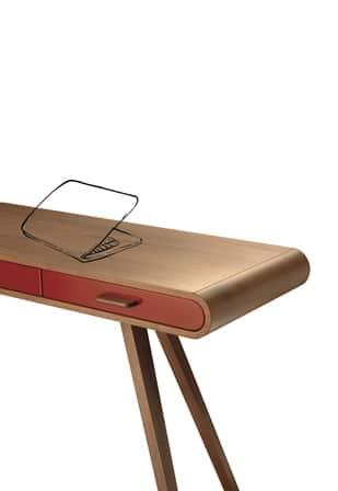 Holztisch mit roter Schublade und gezeichnetem Laptop