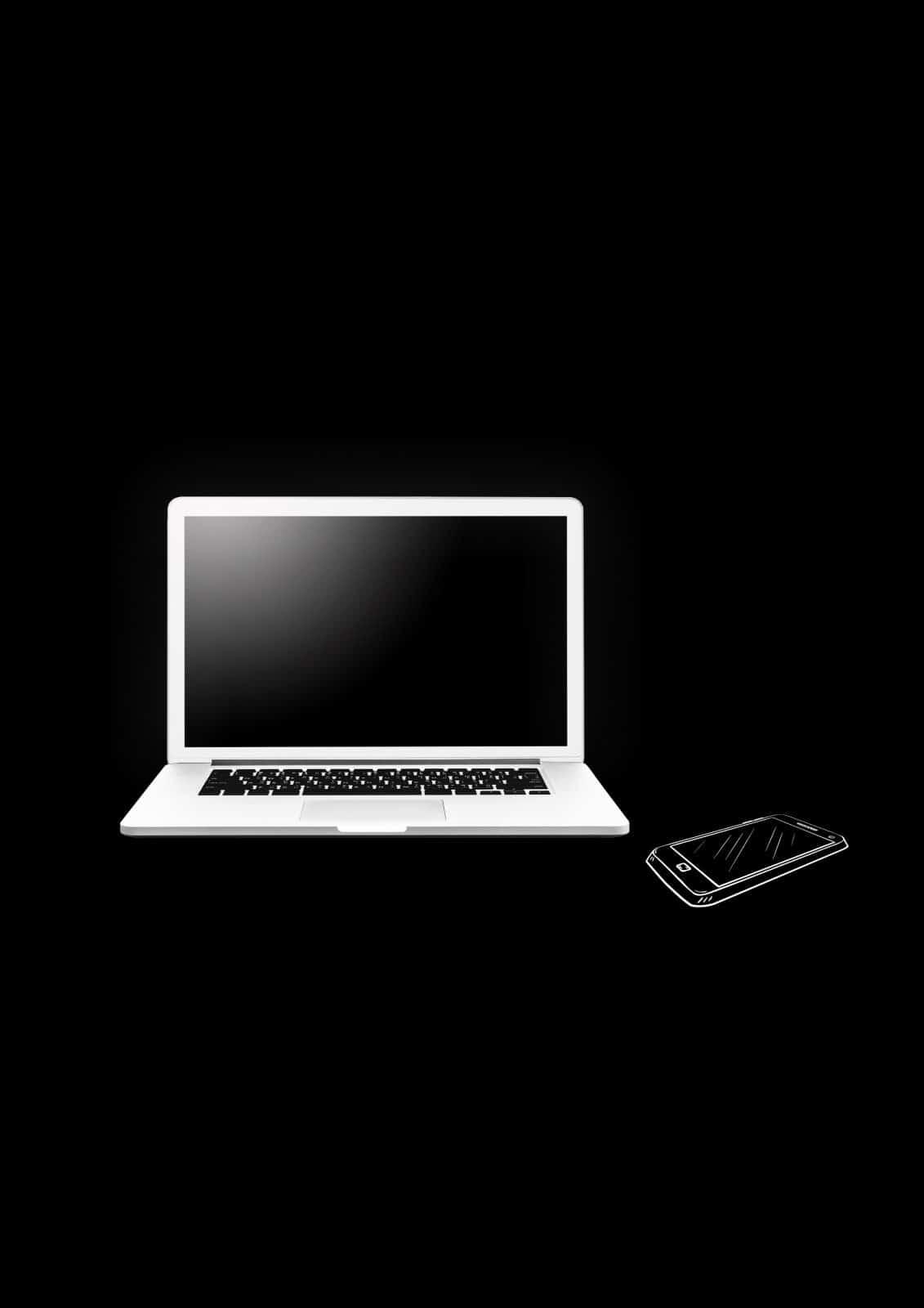 Laptop und Smartphone vor schwarzem Hintergrund