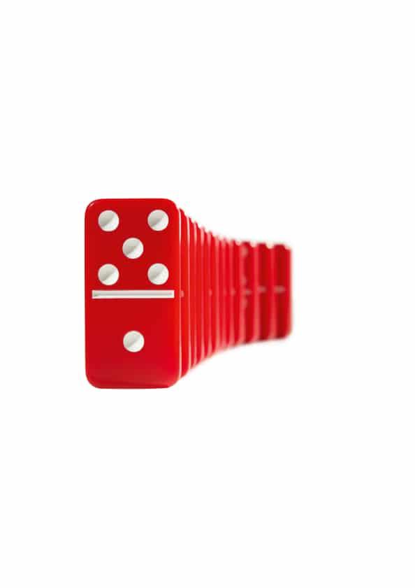 Rote Dominosteine mit weißen Punkten